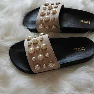 Shoes - Slides with pearl embellishment